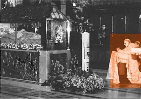 Папа римский Иоанн Павел II молится святому Степинацу у раки с его мощами в загребском костеле Мария Быстрица 3 сент. 1998 г.